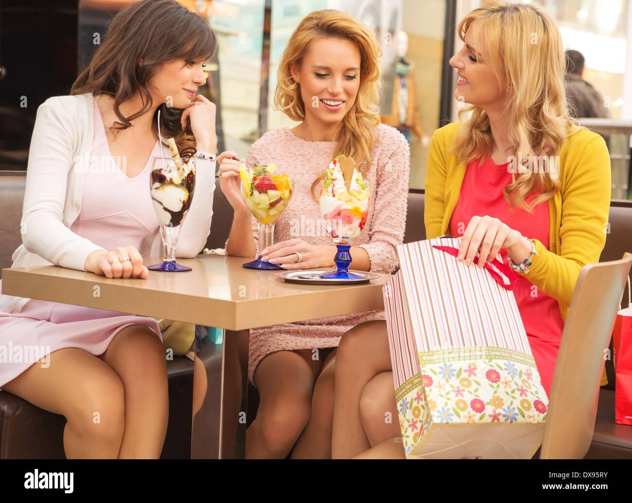 Attraktive Damen in der Luxus-Shopping-mall Stockbild