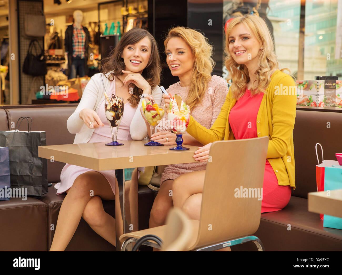 Drei lächelnden Freundinnen Kurzurlaub amüsieren Stockbild