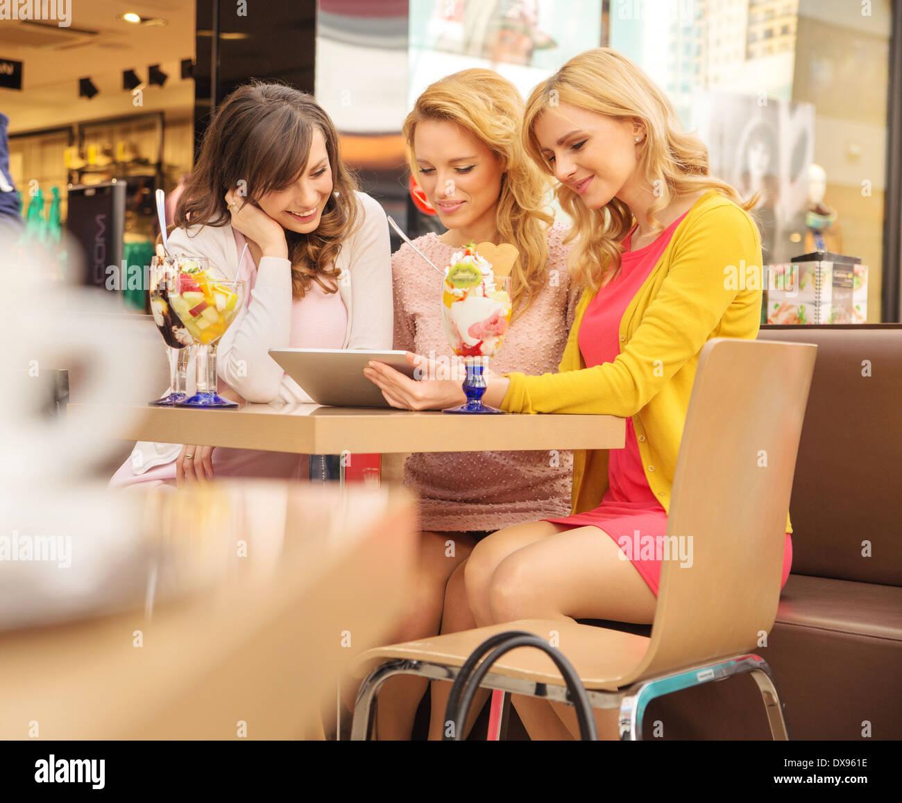 Freundinnen genießen ihre Früchte-dessert Stockbild