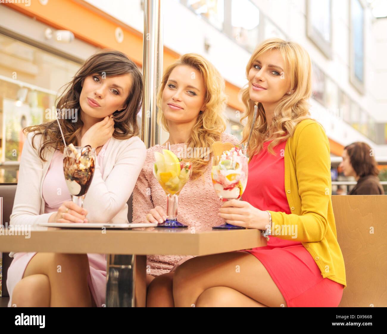 Hübsche Frauen in der Mitte-Tag-Sitzung Stockbild