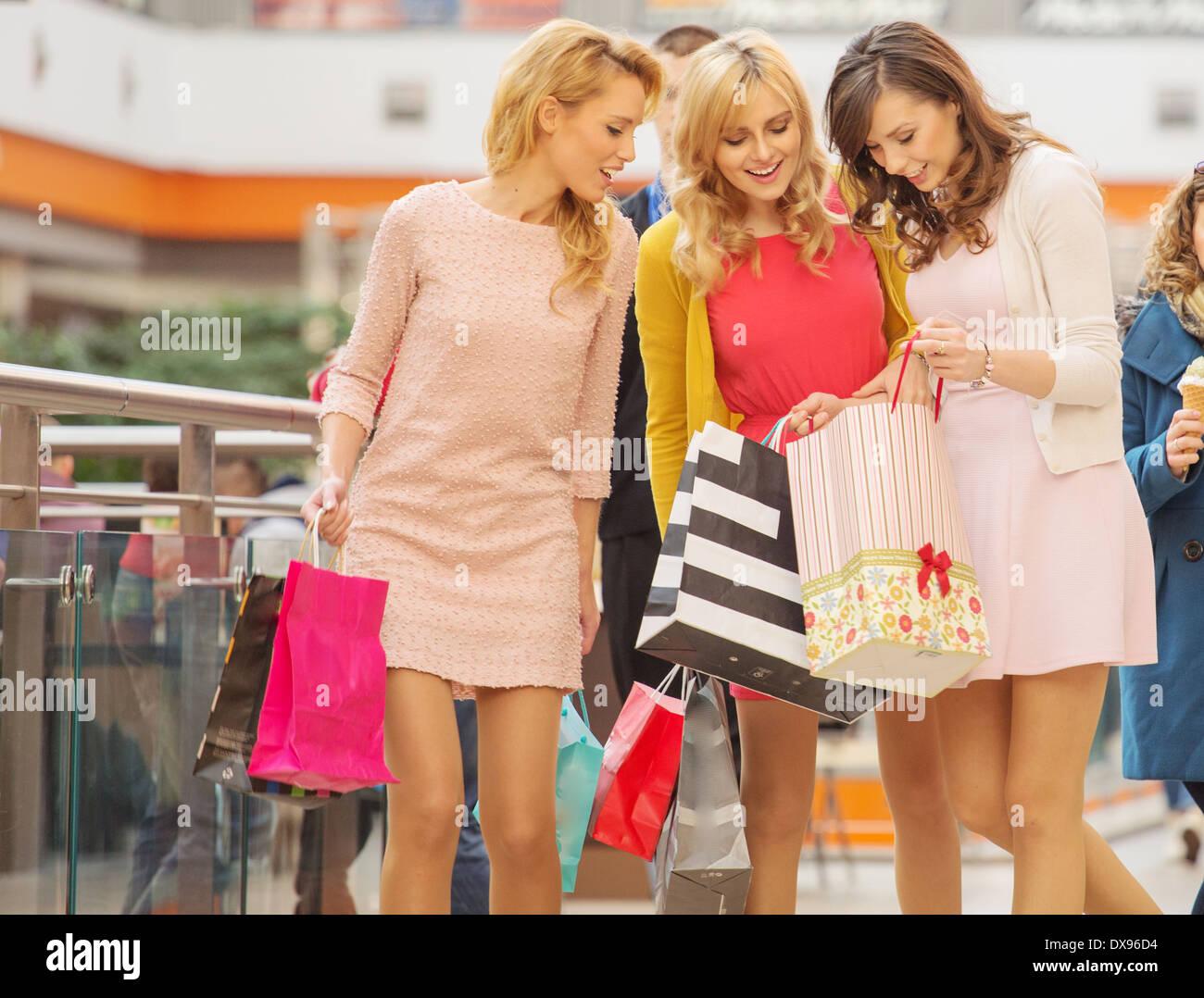 94d7ddf874 Die attraktiven Damen in der Shopping mall Stockfoto, Bild: 67814800 ...