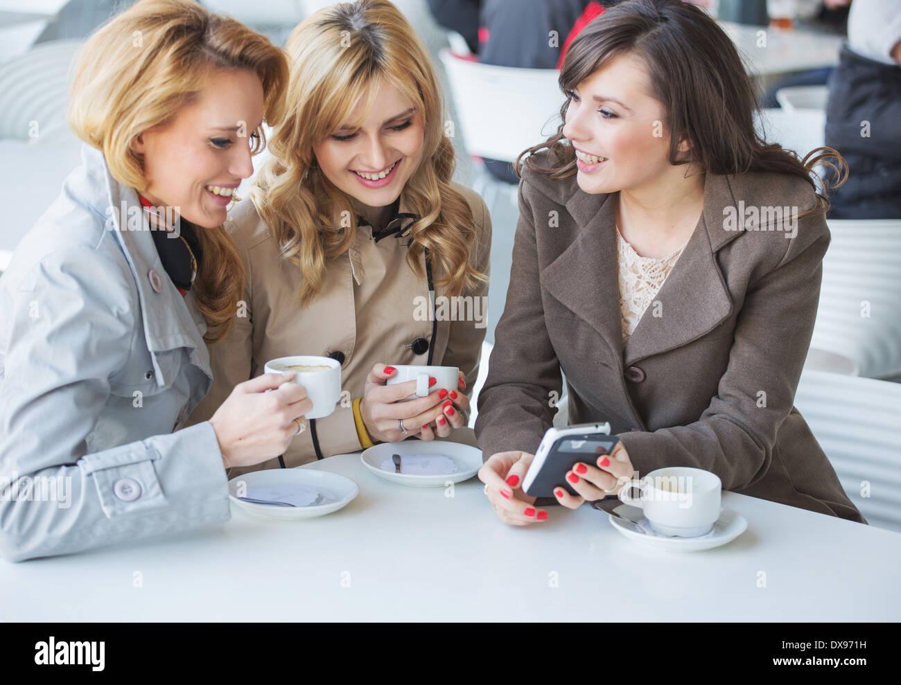 Freundinnen in der Kaffee-Pause Stockbild
