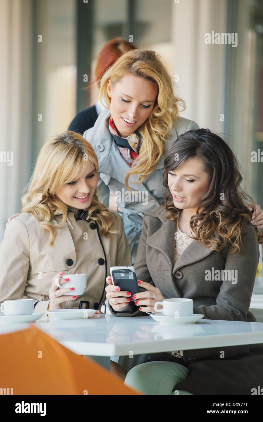 Gruppe der lächelnden Damen in der Cafeteria Stockbild