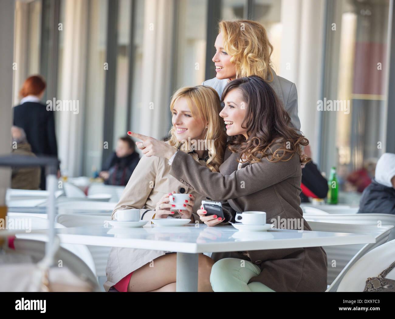 Intelligente Frauen, die etwas Interessantes zu betrachten Stockbild