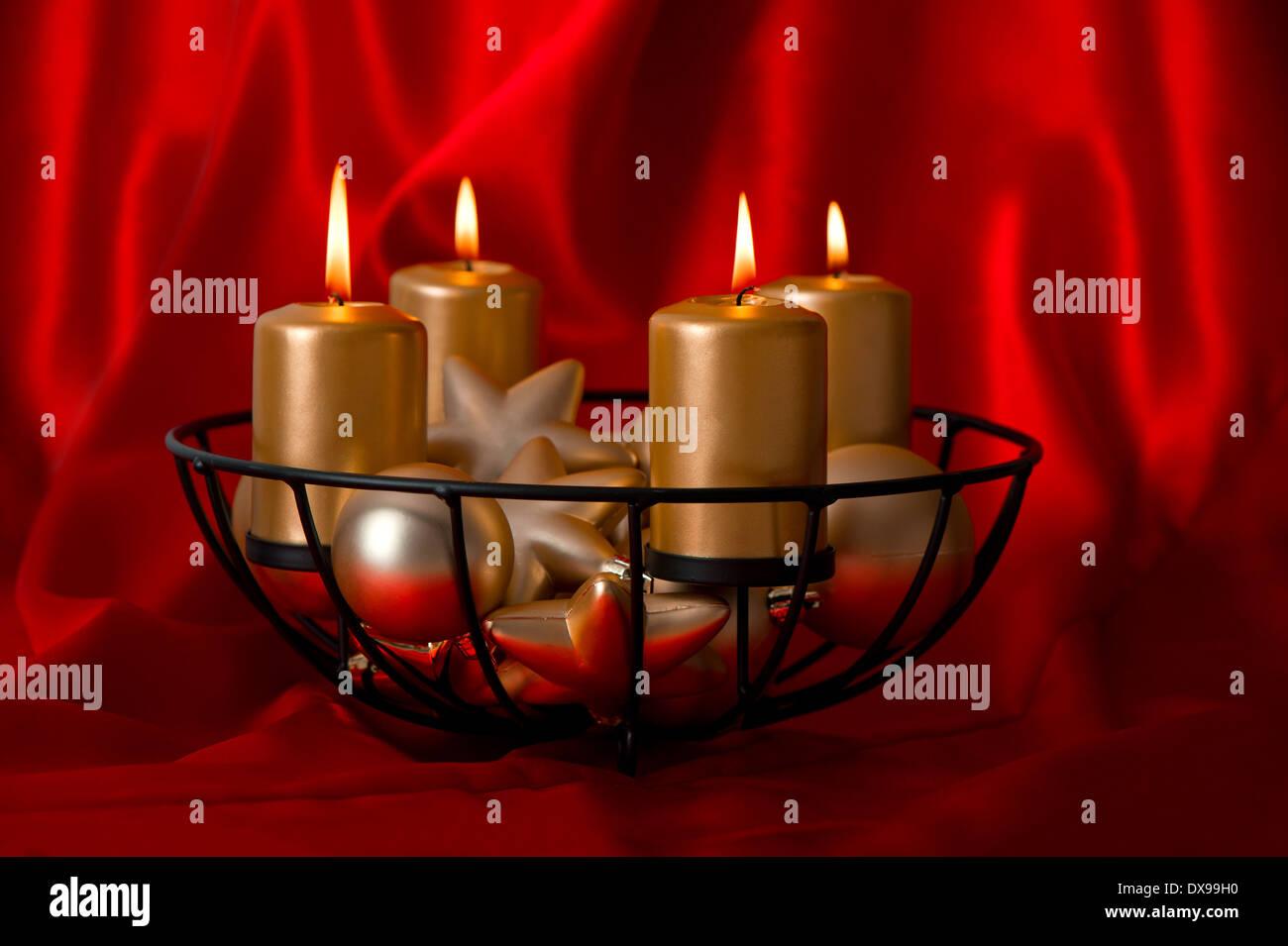 Festlicher advent dekoration mit vier brennende goldene - Dekoration advent ...