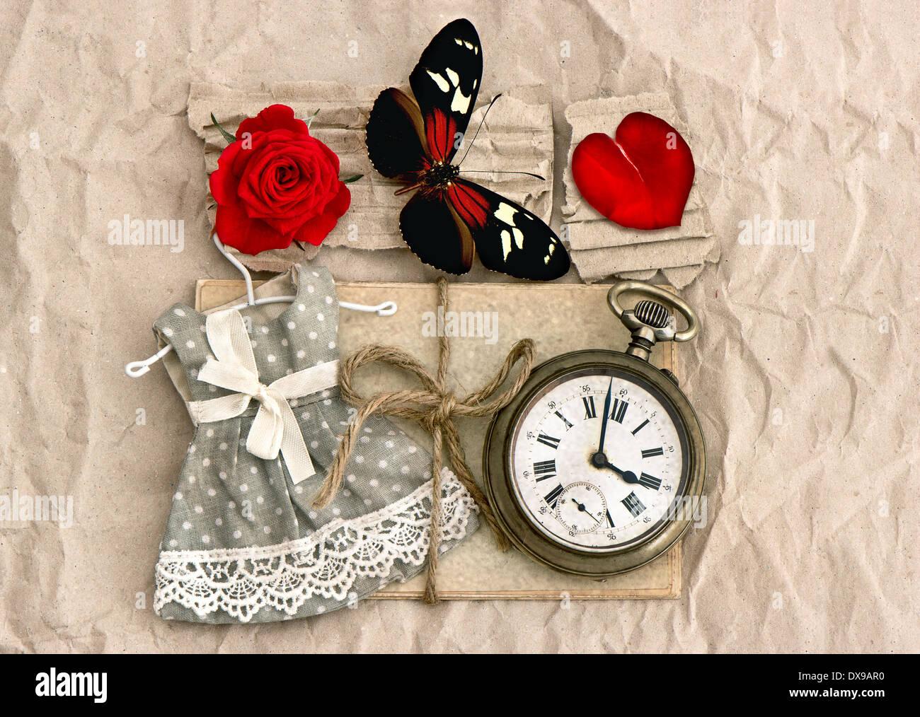 alte Liebe Postkarten und Vintage Uhr, rote rose Blume, Valentine Herz und Schmetterling. nostalgische Romantik Hintergrund Stockbild