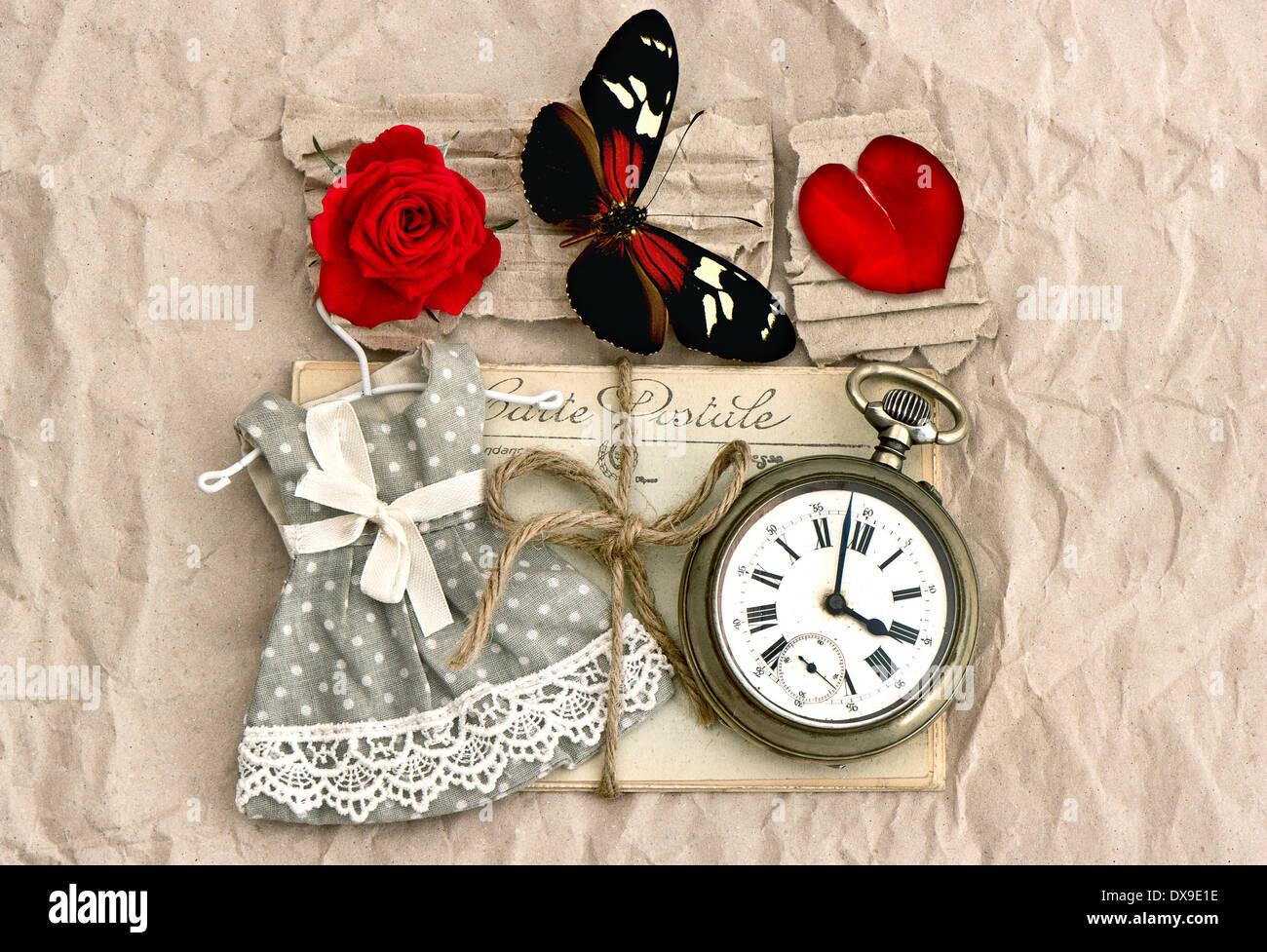 alte Liebe Postkarten und Vintage Uhr, rote rose Blume, Valentine Herz und Schmetterling. nostalgische Romantik Stockbild