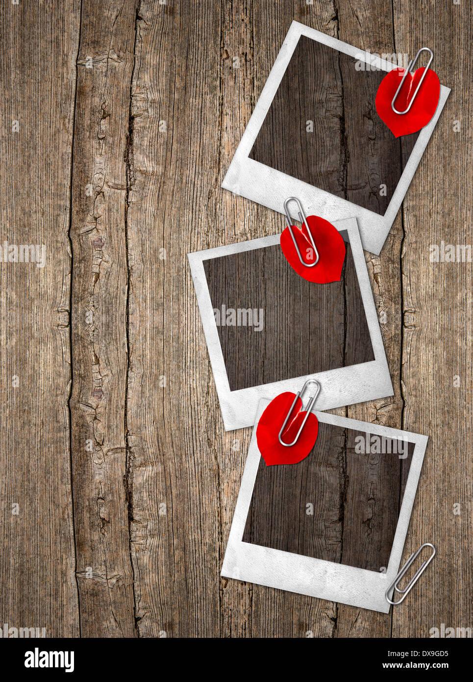 drei Vintage Bilderrahmen mit roten Rosenblättern in Herzform über ...