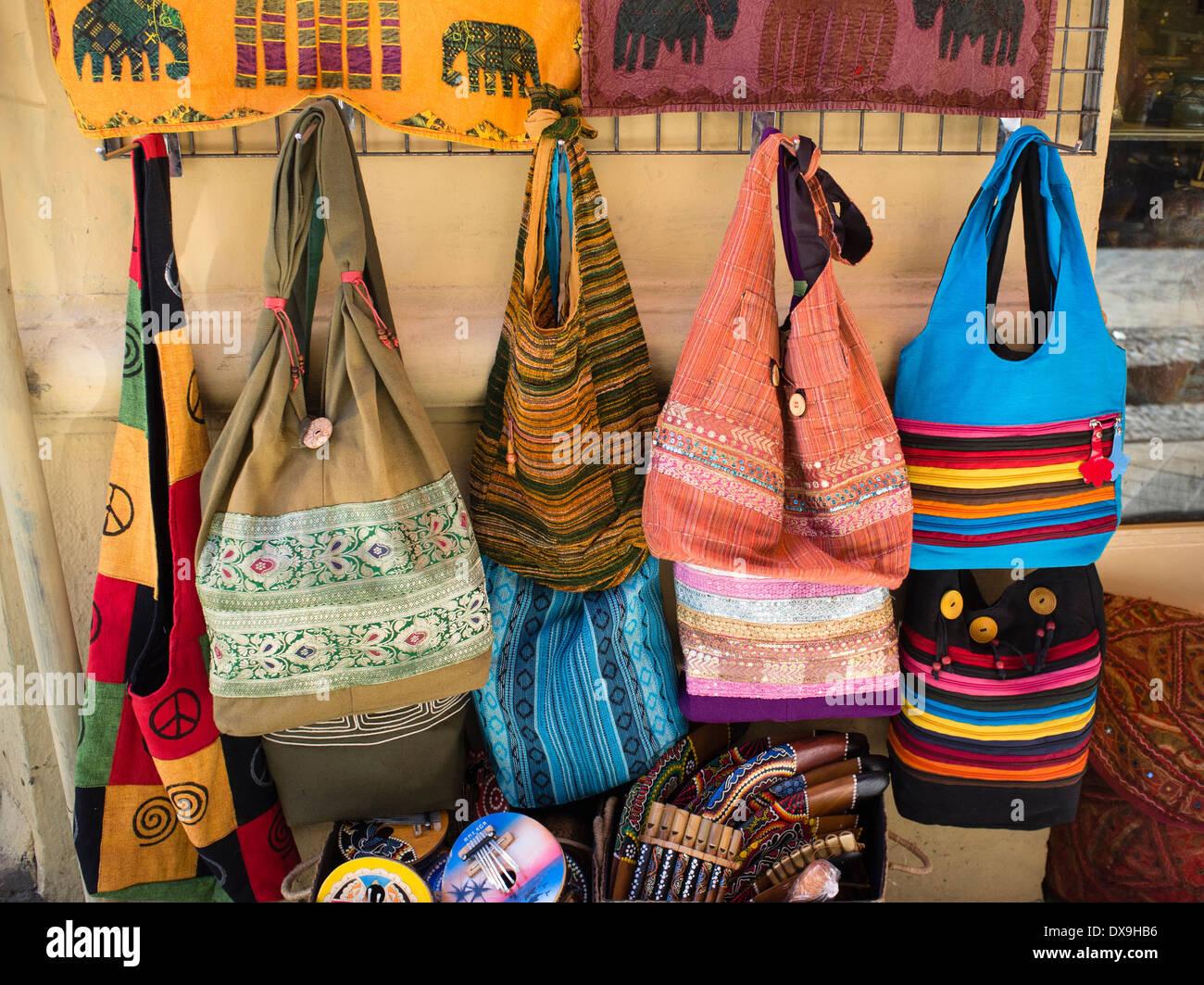 Bunte Handtaschen auf einem Markt in Albayzin, Granada, Spanien Stockbild