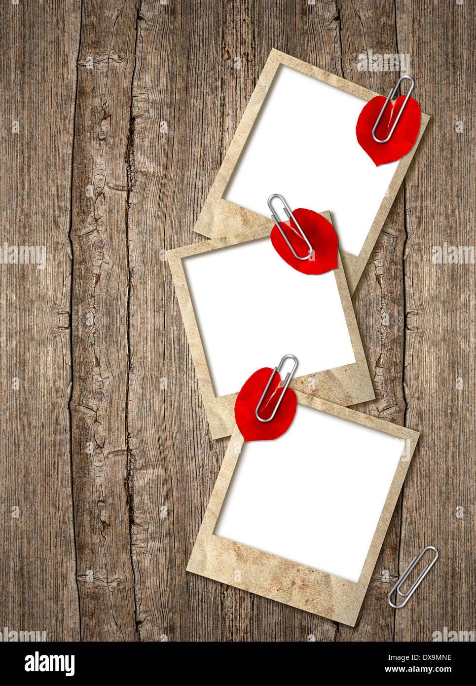 drei alte Bilderrahmen mit roten Herzen Blütenblätter über ...