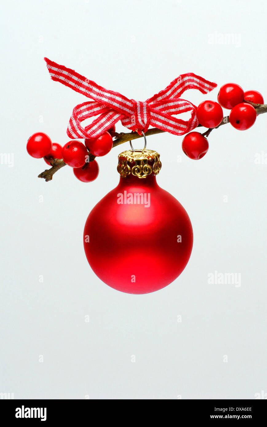 Weihnachtskugel auf Holly Zweig Stockbild