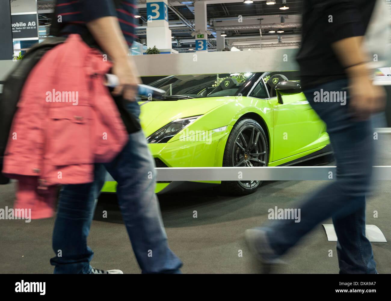 Besucher von der Motor Show in Zürich vorbei führen einen Lamborghini-Luxus-Sportwagen. Stockbild