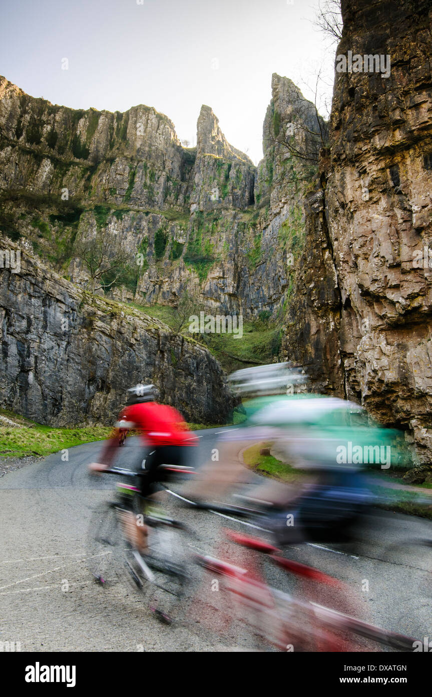 Radfahren durch Cheddar gorge Stockbild
