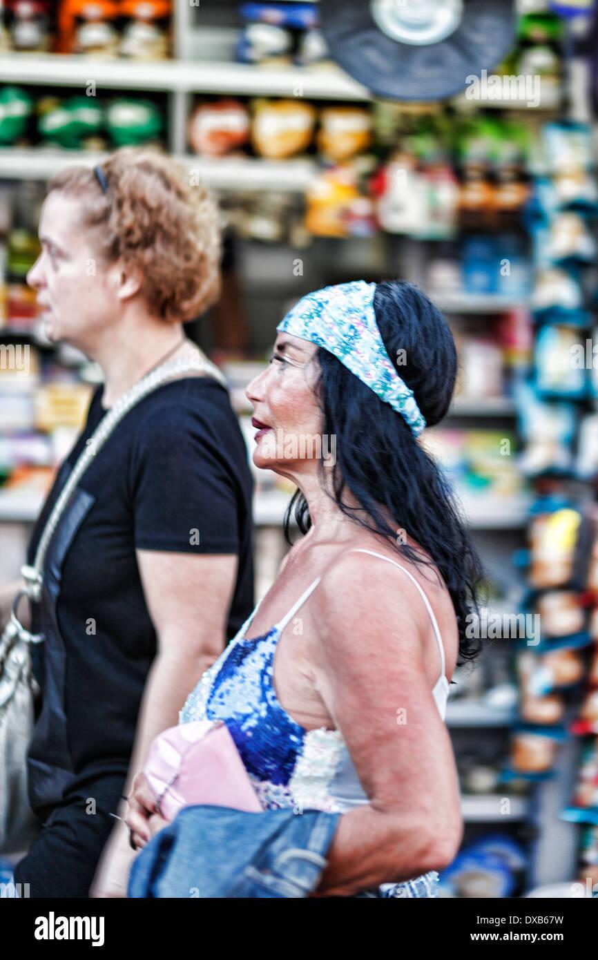 Bizarre Frau geht in den Straßen von Athen, Griechenland Stockbild
