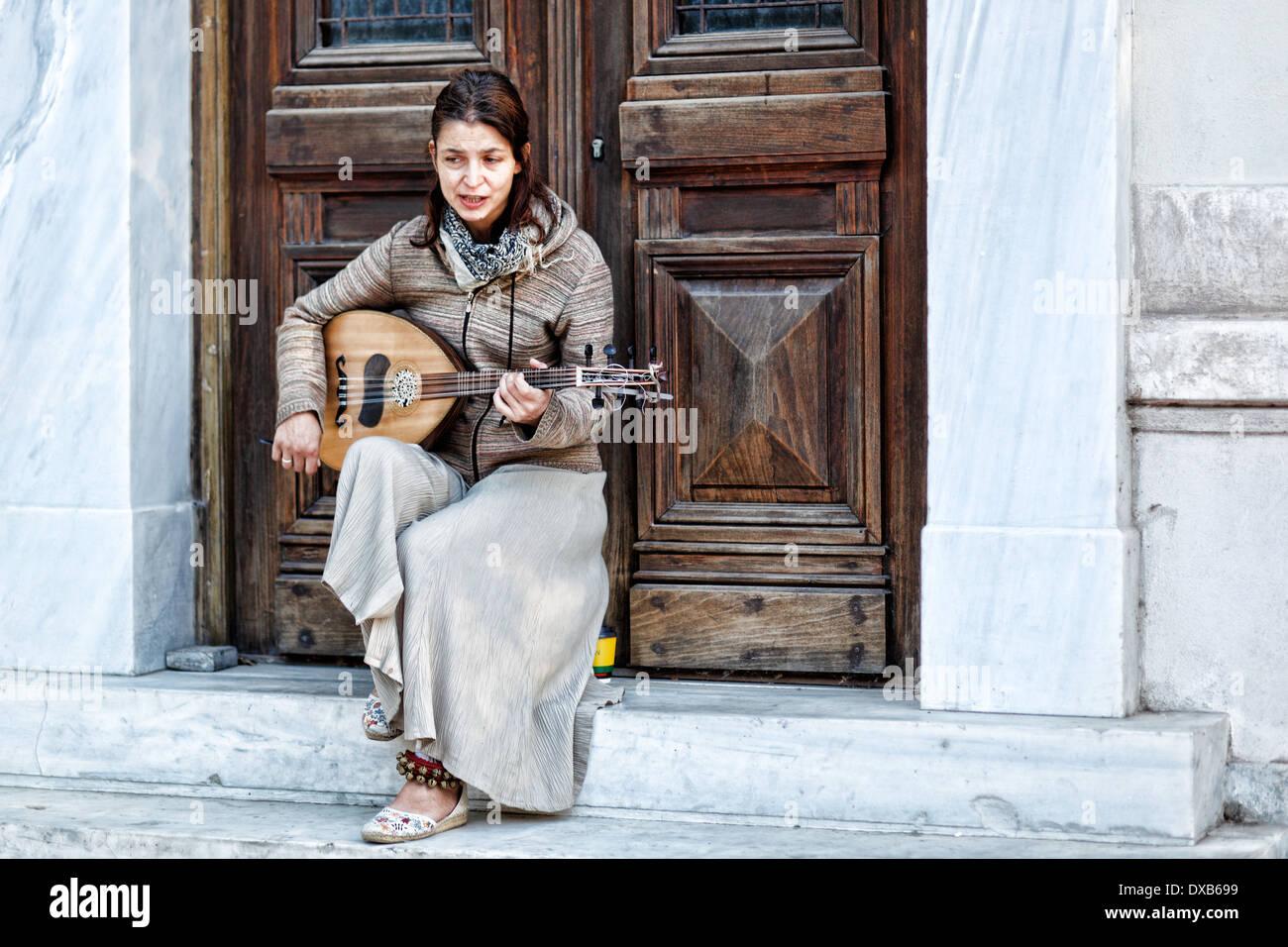 Ein Musiker spielt in der Straße von Athen, Griechenland Stockbild