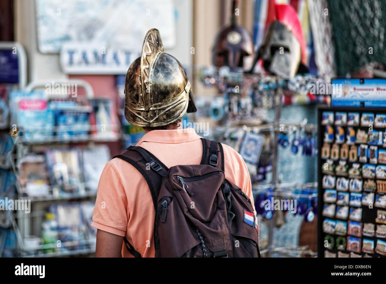 Ein Tourist mit Helm in den Straßen von Athen, Griechenland Stockbild