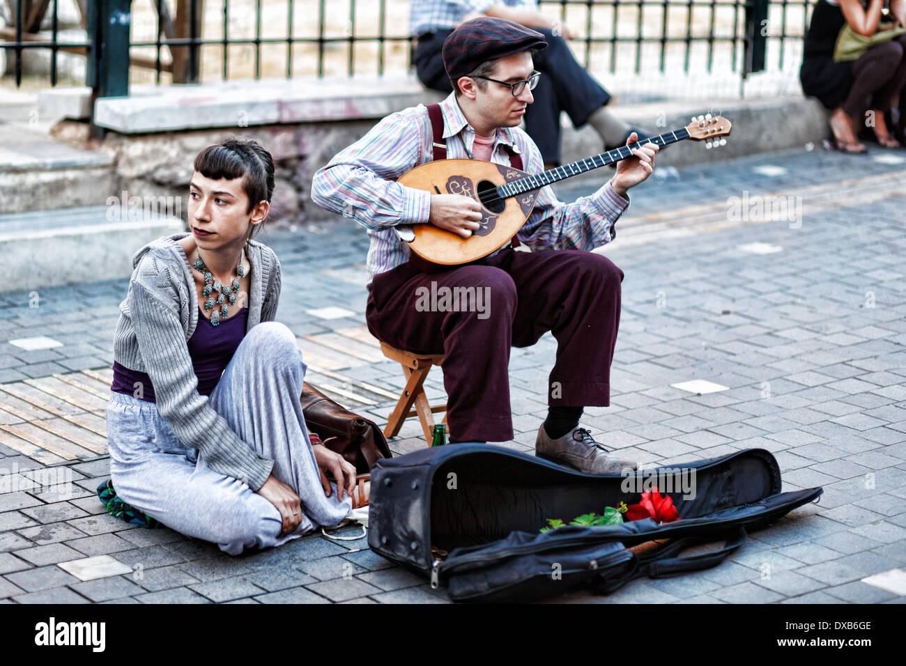 Musiker spielen Bouzouki in der Straße von Athen, Griechenland Stockbild