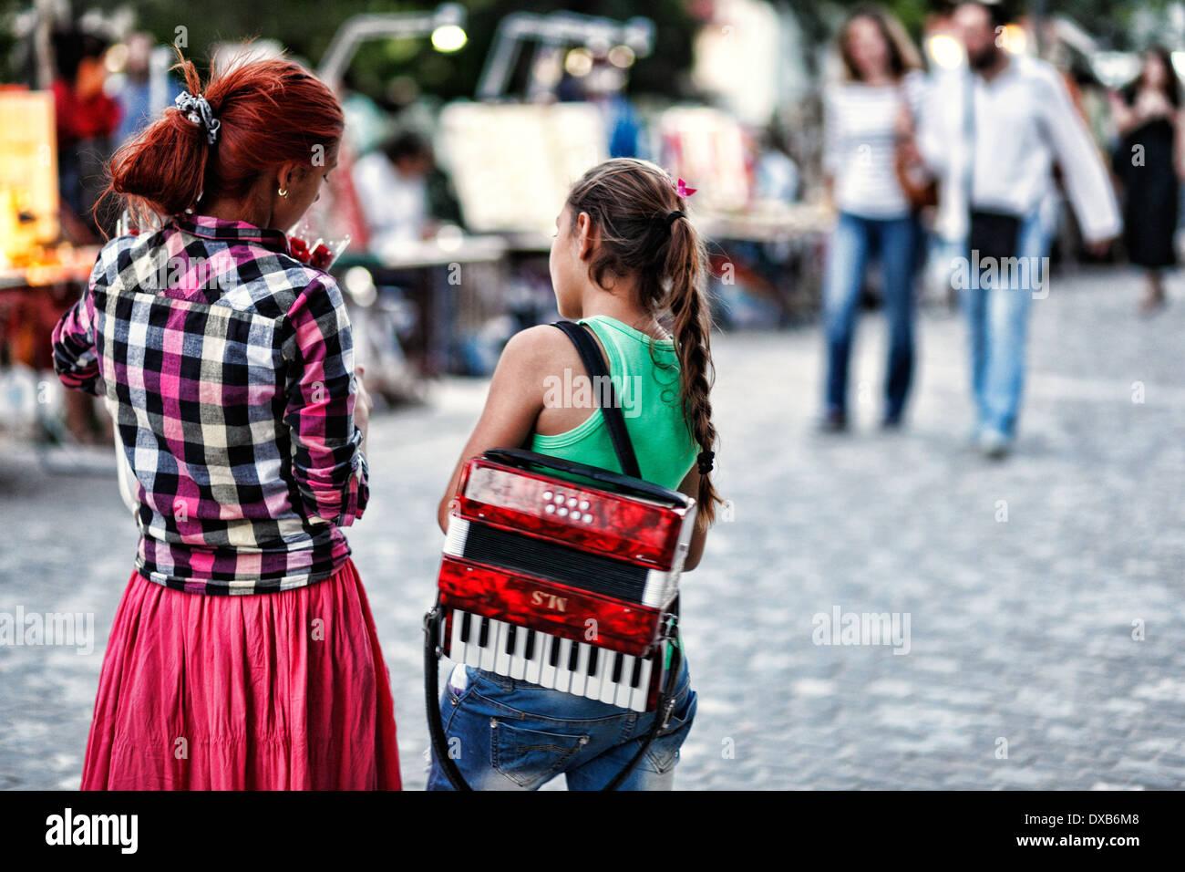 Mädchen mit Ziehharmonika in der Straße von Athen, Griechenland Stockbild
