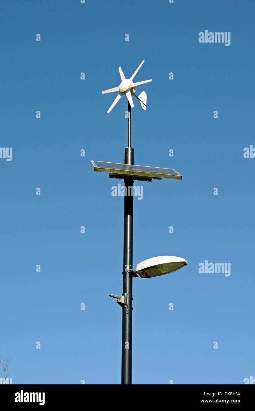 Wind und solar betriebene Laterne oder Lampe Post, Mile End Park, London Borough of Tower Hamlets, England UK Stockfoto