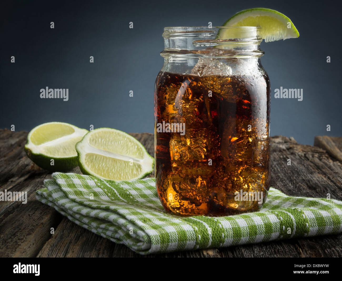 Cuba Libre oder Rum und Cola-Getränk mit Eis und Kalk im Einmachglas Stockbild