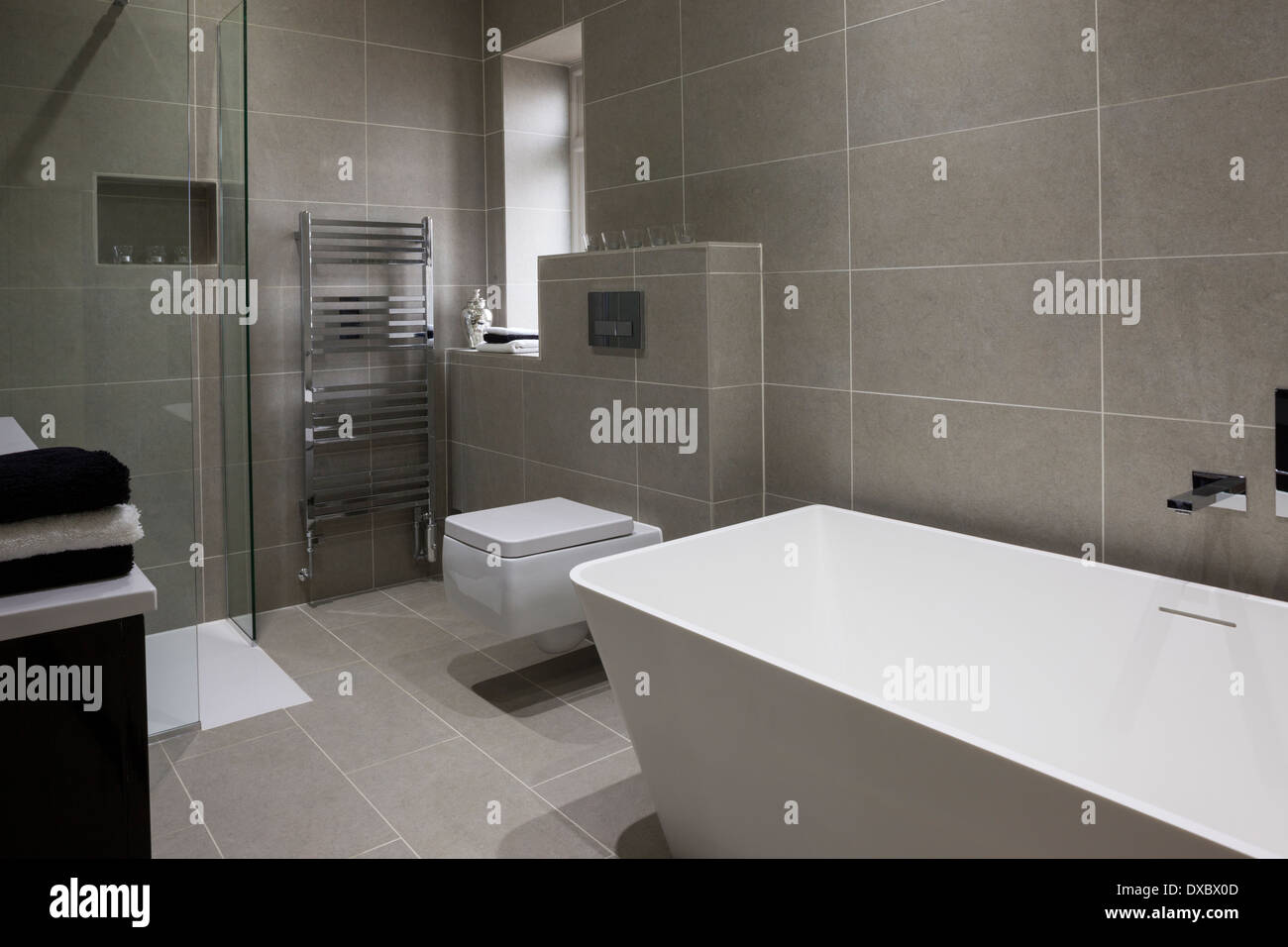 Luxus-Badezimmer mit Mandarin Stein Fliesen und Boden ...
