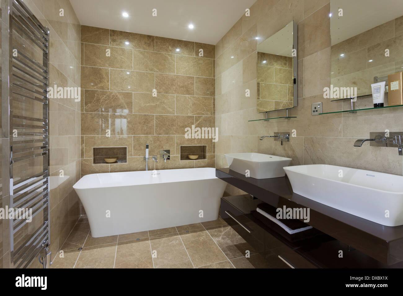 Luxus Badezimmer Fliesen | Luxus Badezimmer Mit Mandarin Stein Fliesen Und Boden Stockfoto