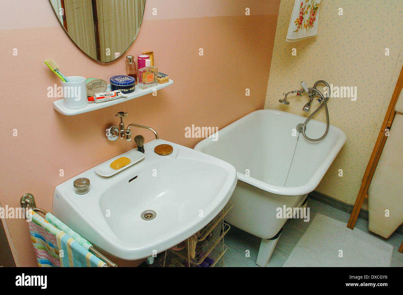Apartment in 50s style stockfotos apartment in 50s style bilder alamy - Badezimmer 50er ...