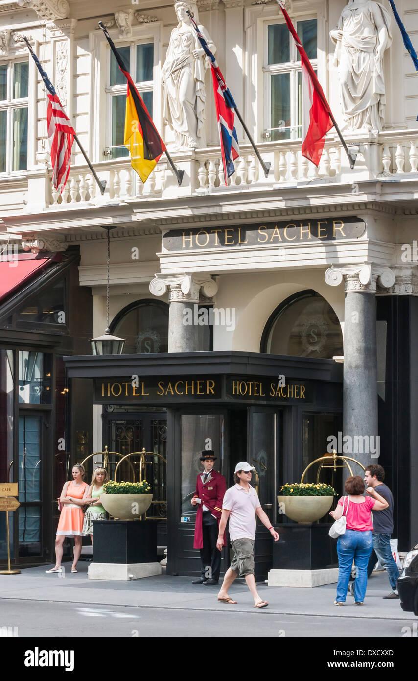 Eingang des Hotel Sacher, Wien, Österreich Stockbild