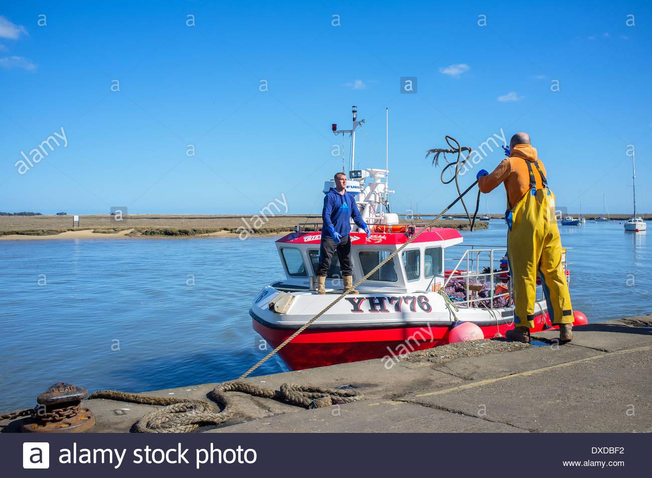 Ein Fischkutter kehrt nach Hause zurück an einem sonnigen Tag, es ist Port der Wells-Next-The-Sea an der Nordküste Stockbild