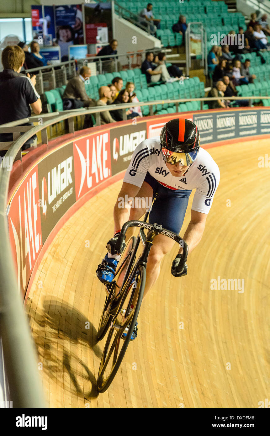 Olympic Champion Jason Kenny racing Revolution Serie trifft im Manchester Velodrome oder National Cycling Centre Stockbild
