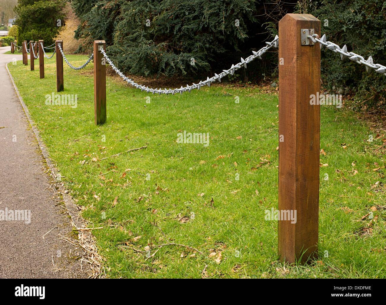 Post und Kette Zaun auf der Seite einer Auffahrt eine populäre ...