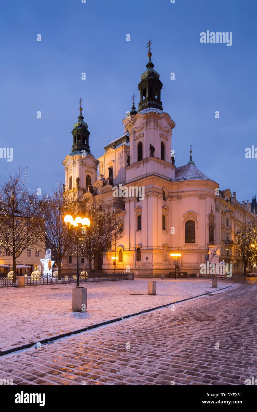die Kirche des Heiligen Nikolaus mit ein paar Brocken von Schnee und Weihnachtsbeleuchtung in der Altstädter Ring, Prag, Tschechische Republik Stockbild