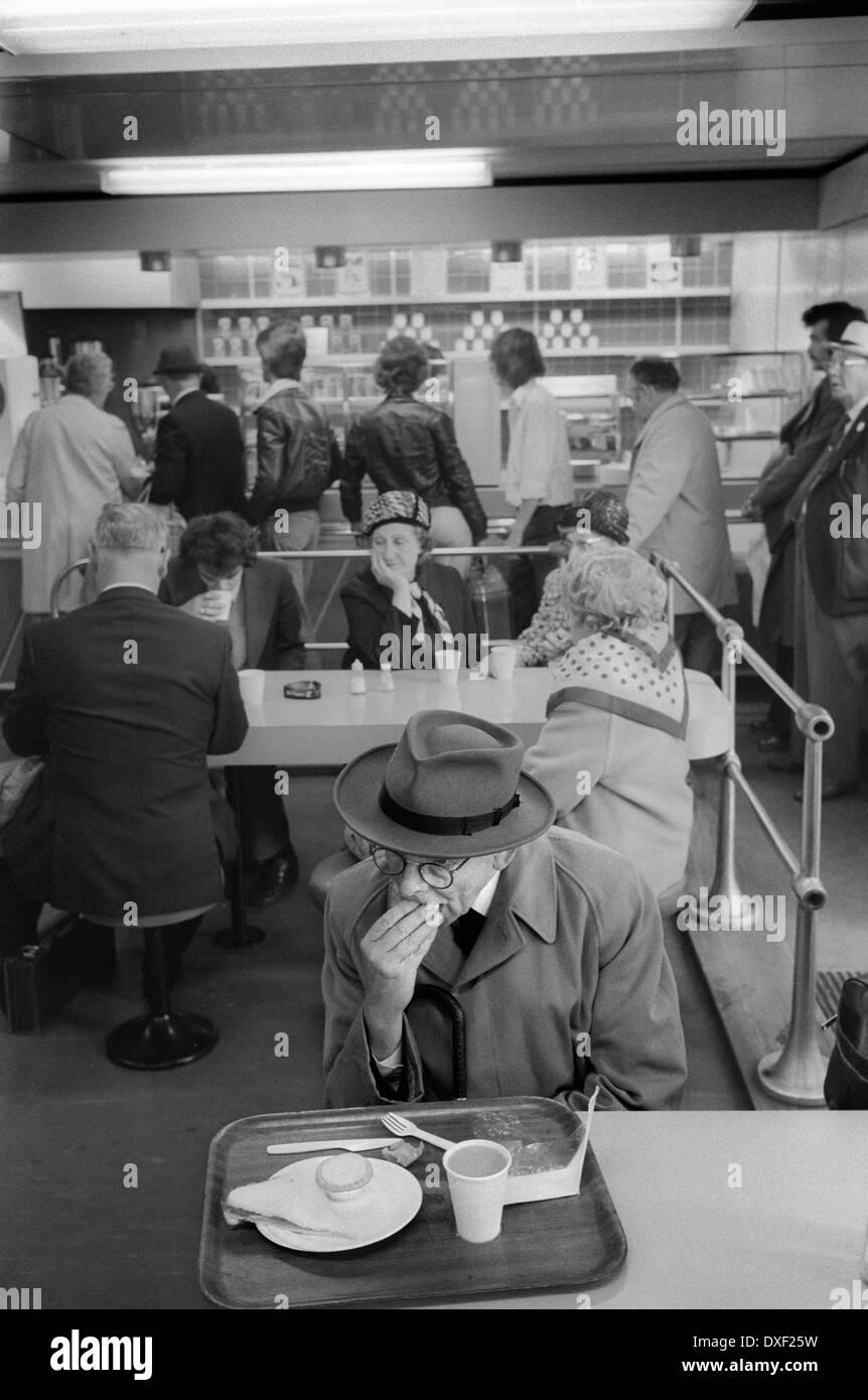 Ältere Mann seinen cafe Mittagessen in London 1978 Essen. 1970 s UK HOMER SYKES Stockbild