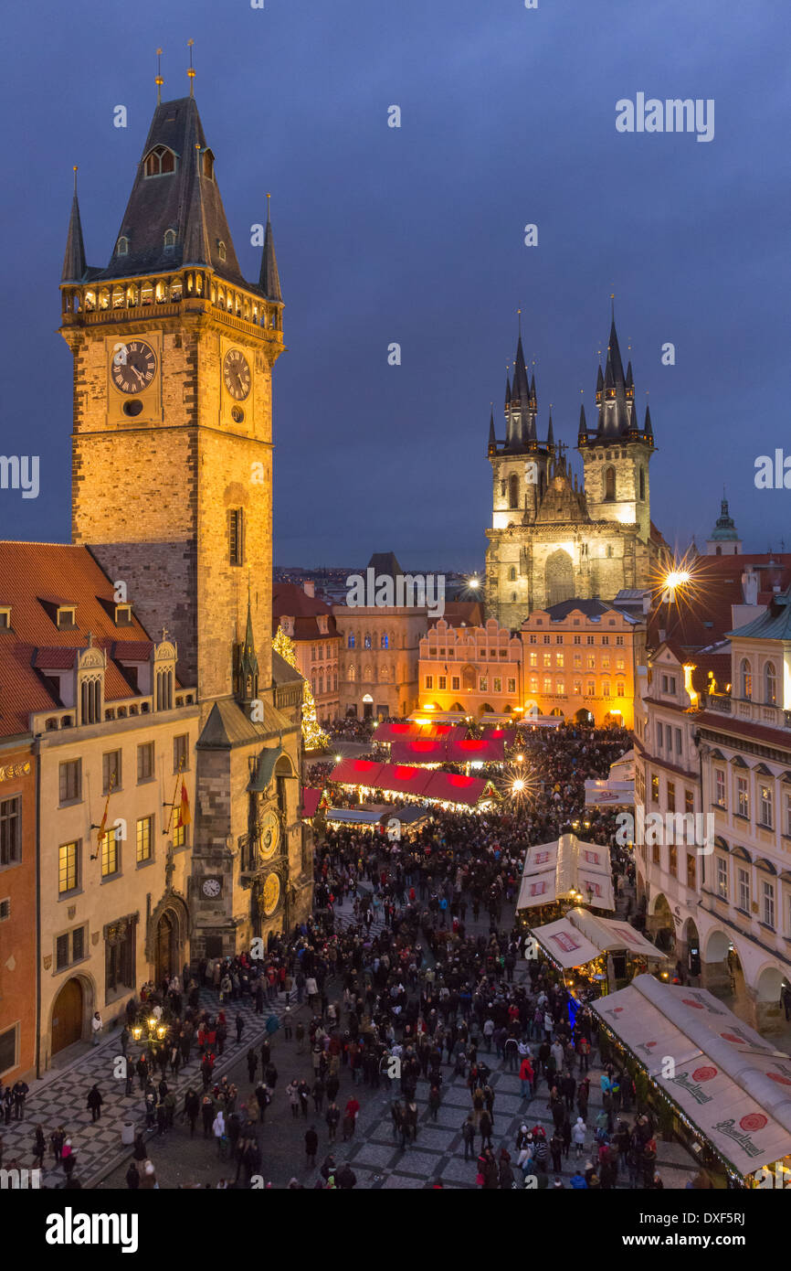 der Altstädter Ring in der Dämmerung mit dem Altstädter Rathaus und die Kirche der Gottesmutter vor Tyn, Prag Stockbild