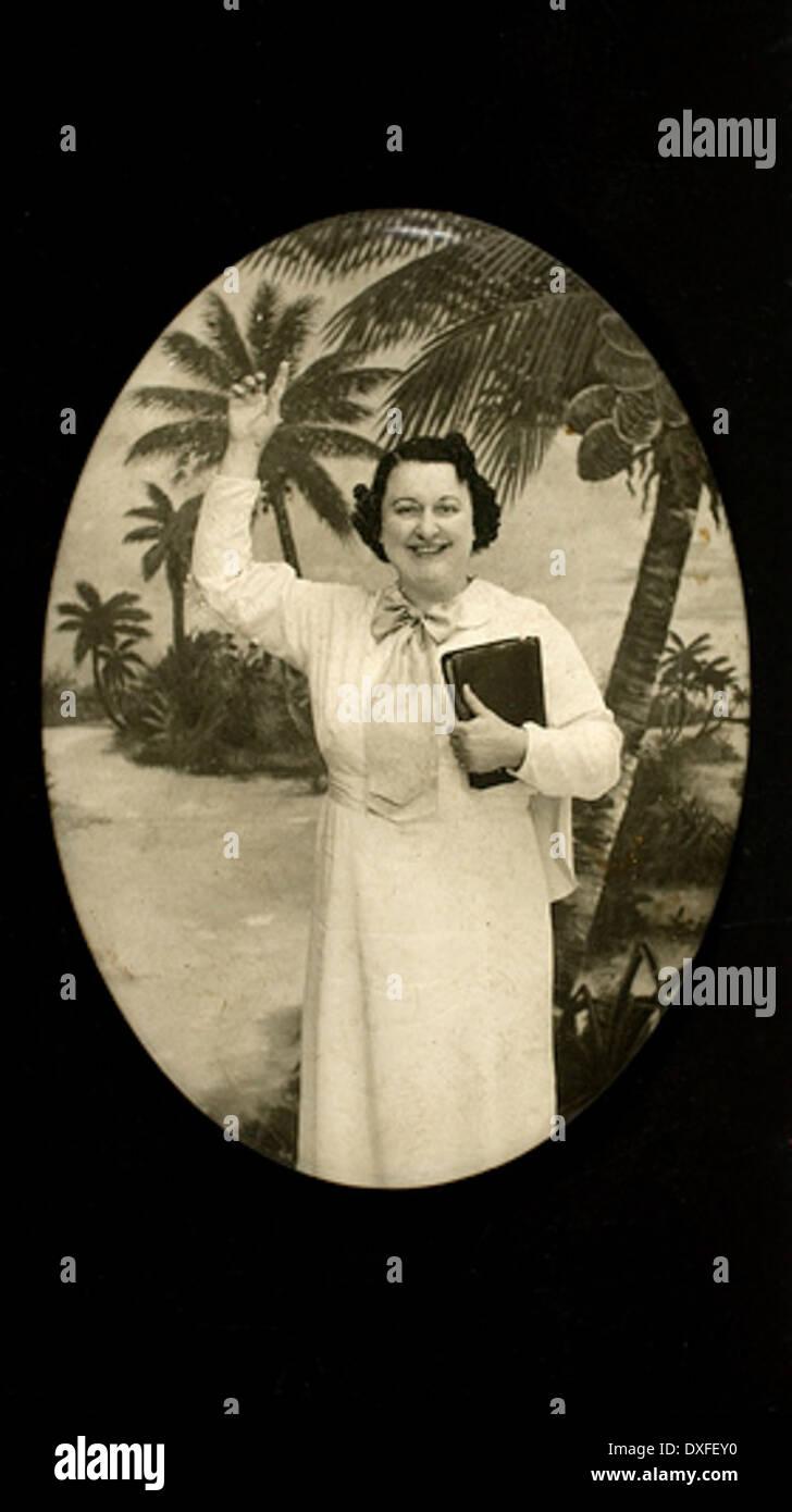 Frau mit Buch und Palmen Stockbild