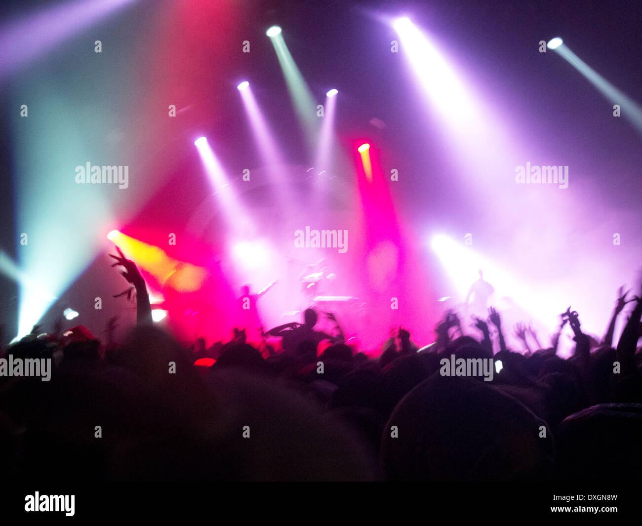 Fans jubeln für ausübende Künstler auf der Bühne beim Musikfestival Stockbild