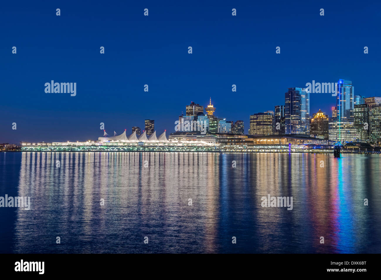 Waterfront Skyline beleuchtet in der Nacht, Vancouver, Britisch-Kolumbien, Kanada, Stockbild