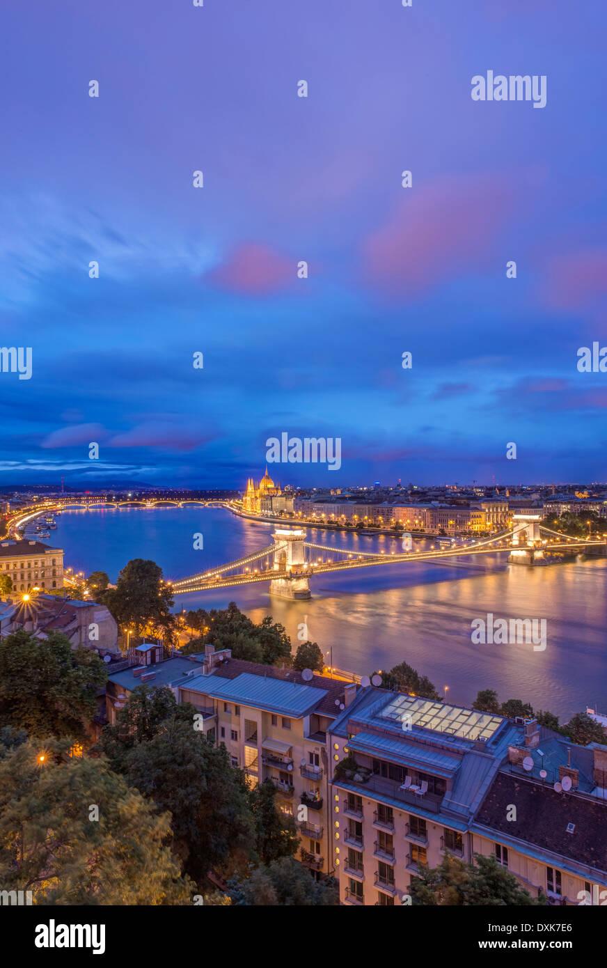 Ansicht der Kettenbrücke beleuchtet in der Nacht, Budapest, Ungarn Stockbild