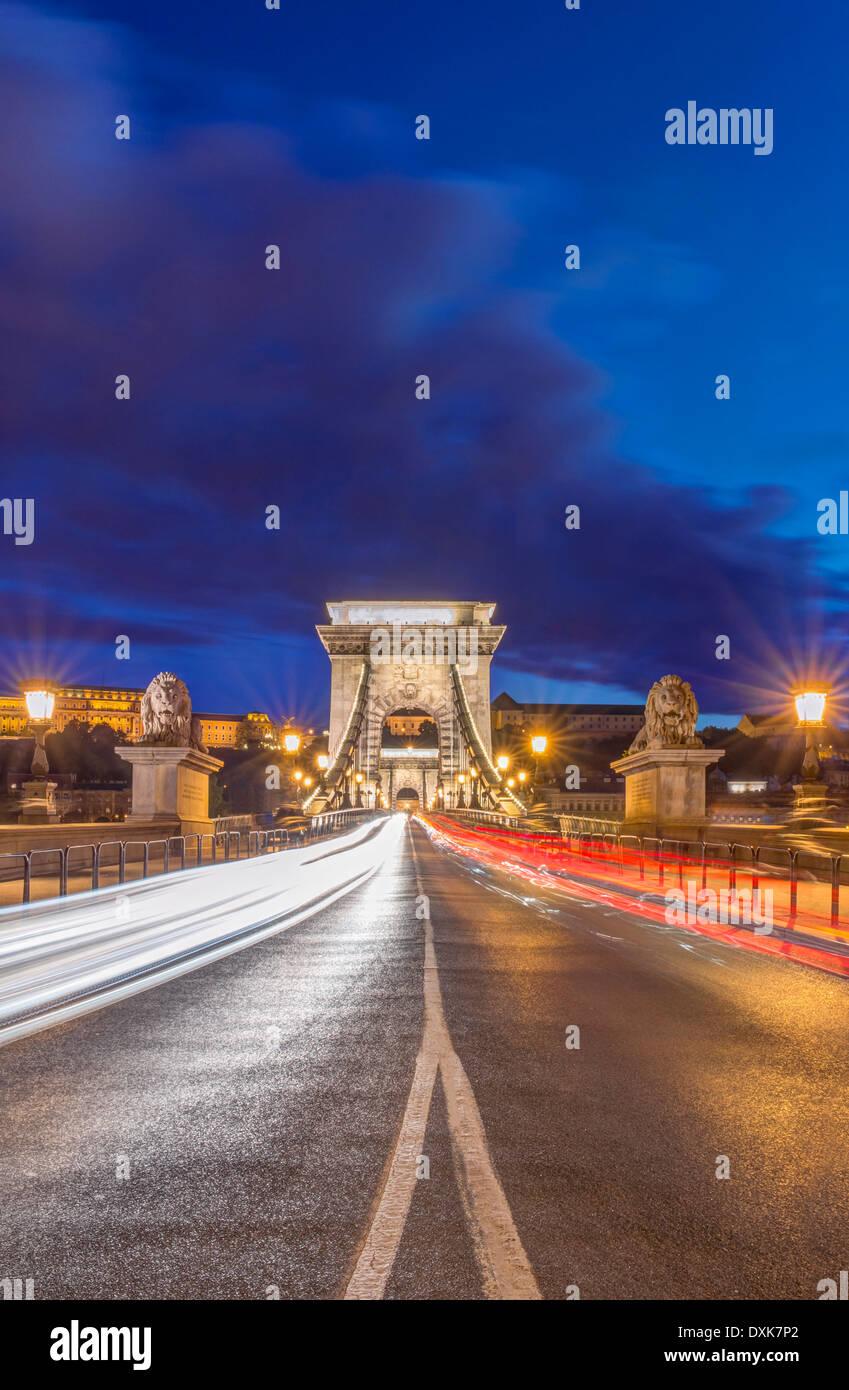 Kettenbrücke beleuchtet in der Abenddämmerung, Budapest, Ungarn Stockbild
