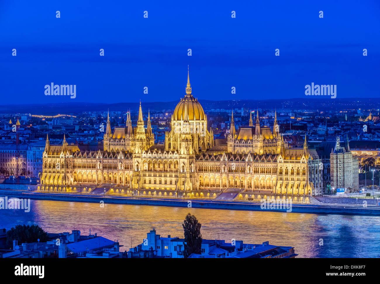 Ansicht des Parlamentsgebäudes beleuchtet in der Abenddämmerung, Budapest, Ungarn Stockbild