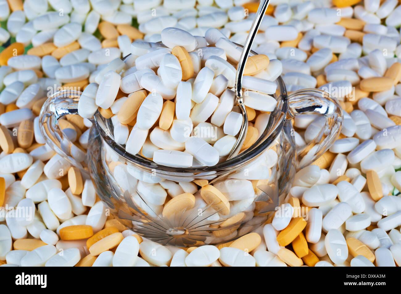 Verschreibungspflichtige Medikamente überfüllt von Zuckerdose Stockbild