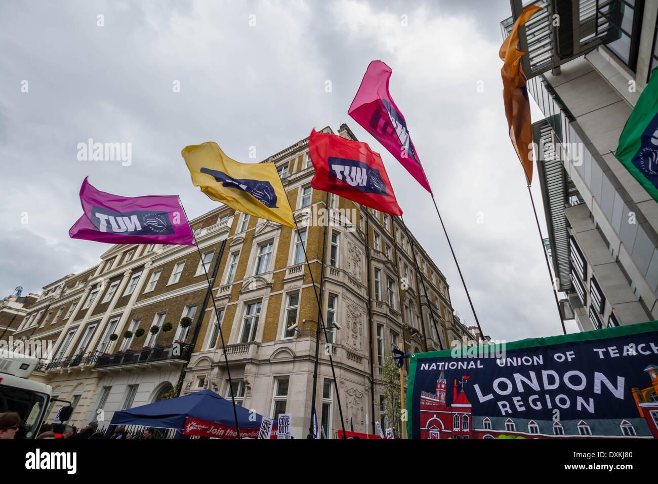 Tausende von Lehrer und Förderer marschieren durch London Nuss Streik am Stockbild