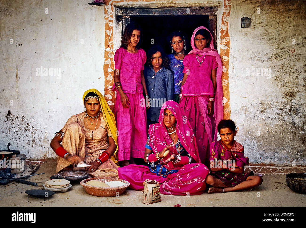 Indianerdorf-Familie in einem Hauseingang in einem Dorf in der Nähe von Jodhpur, Indien. Digital manipulierte Bild. Stockfoto