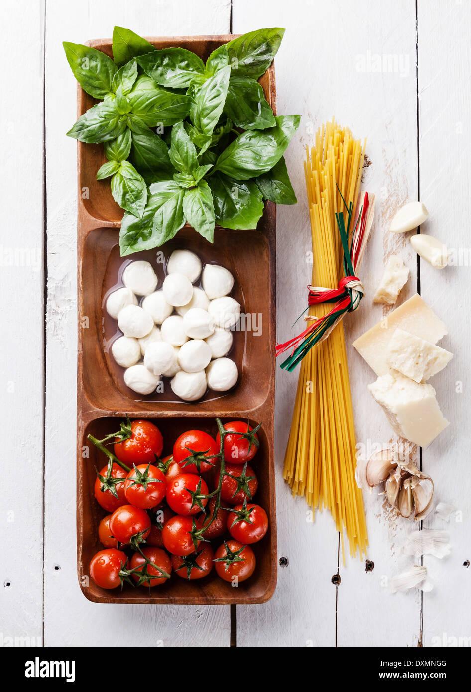 Farben der italienischen Flagge mit grünen Basilikum, weißer Mozzarella, rote Tomaten, Parmesan und spaghetti Stockbild