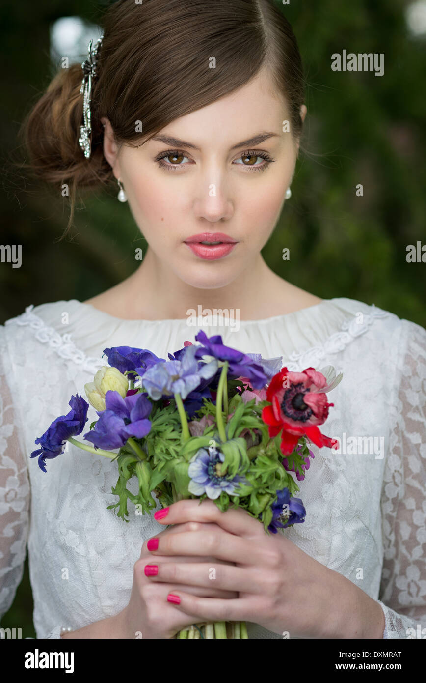 Junge Braut mit wilden Blumen bouquet Stockbild