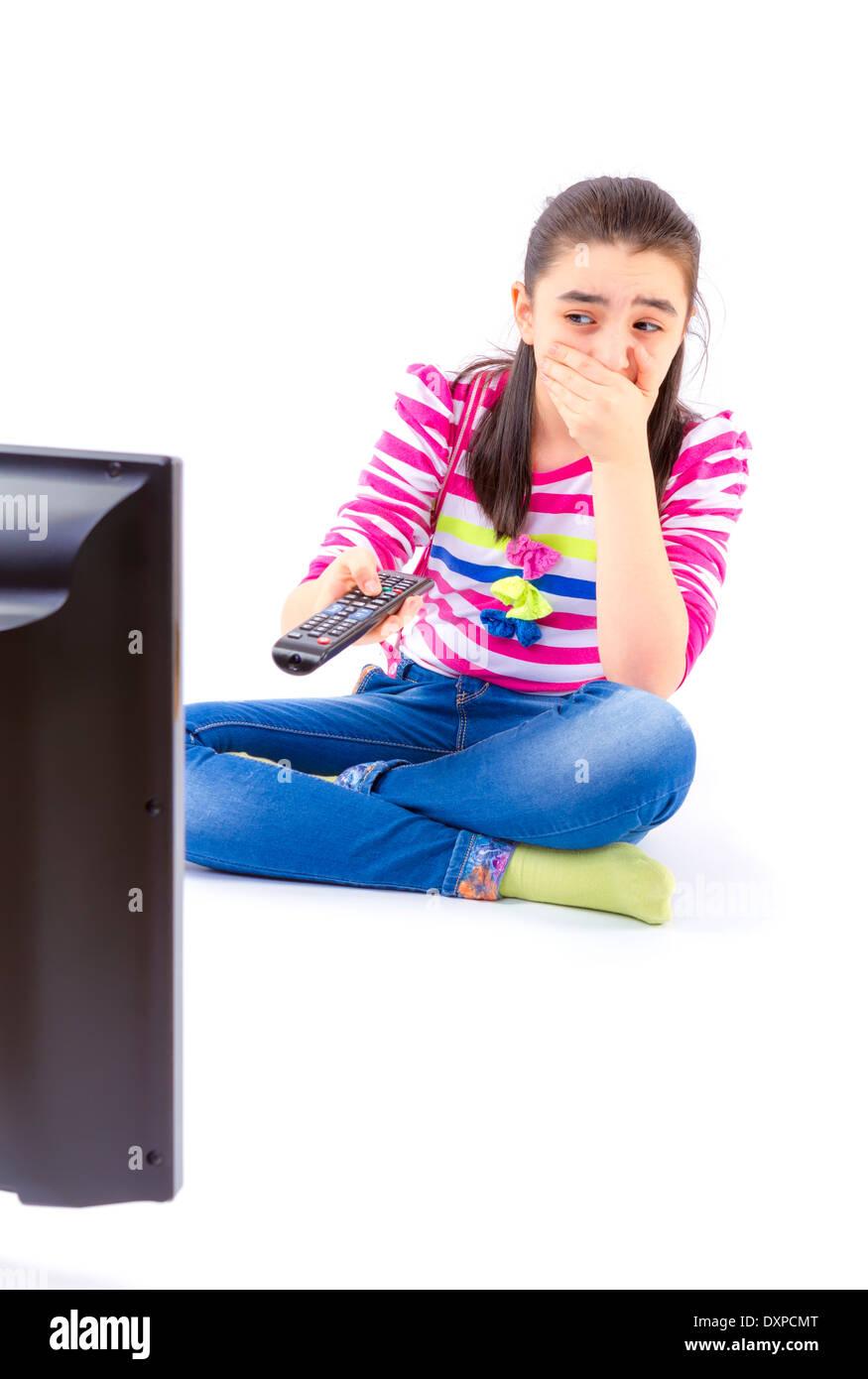 Angst vor kleinen Mädchen vor dem Fernseher Stockbild