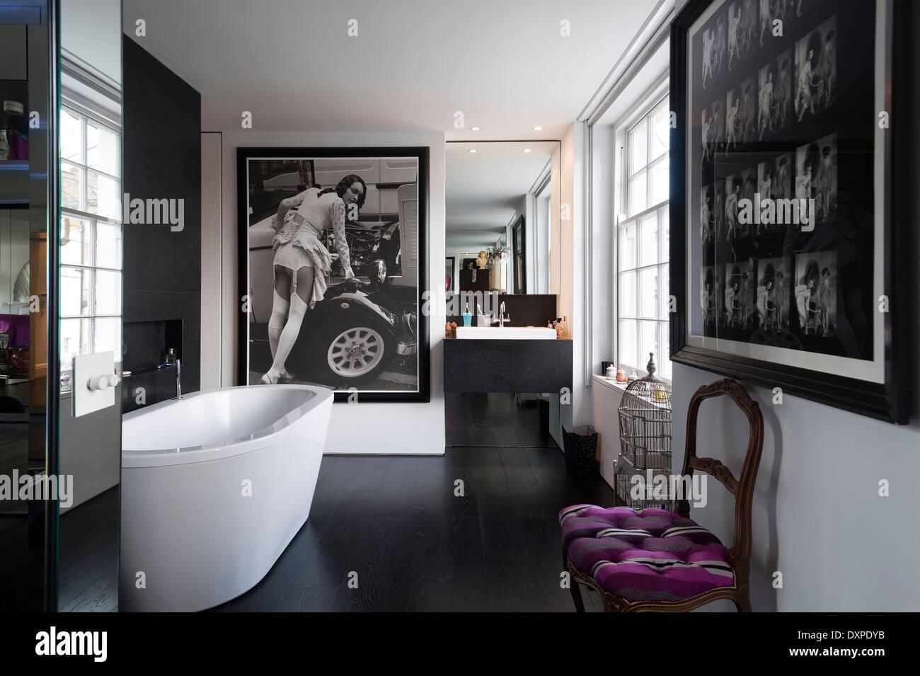 Modernes Badezimmer mit schwarz / weiß Fotografie Poster und ...