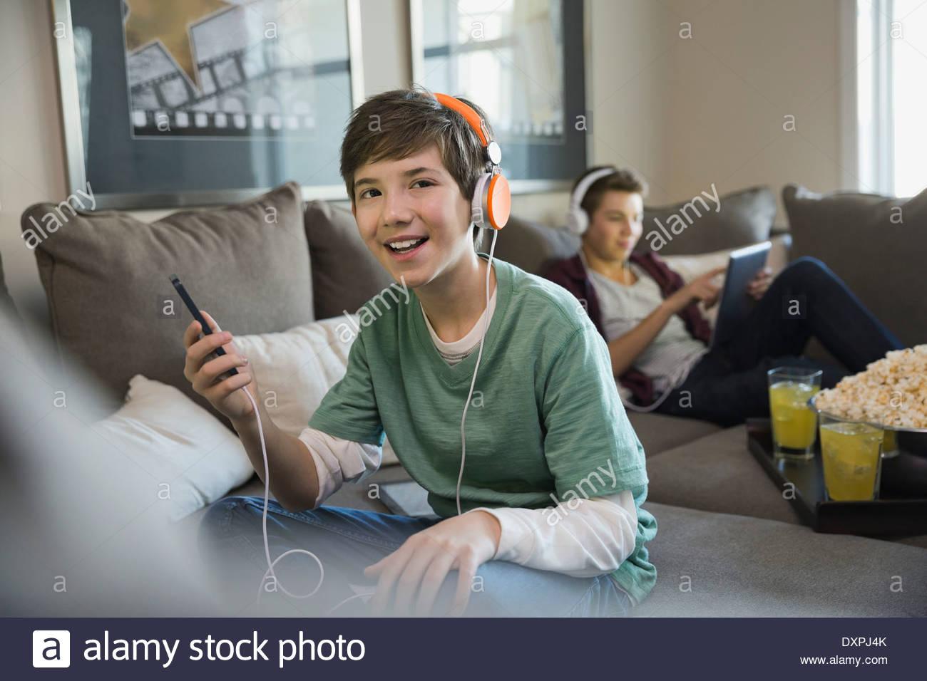 Junge Musik hören auf Smartphone Stockbild