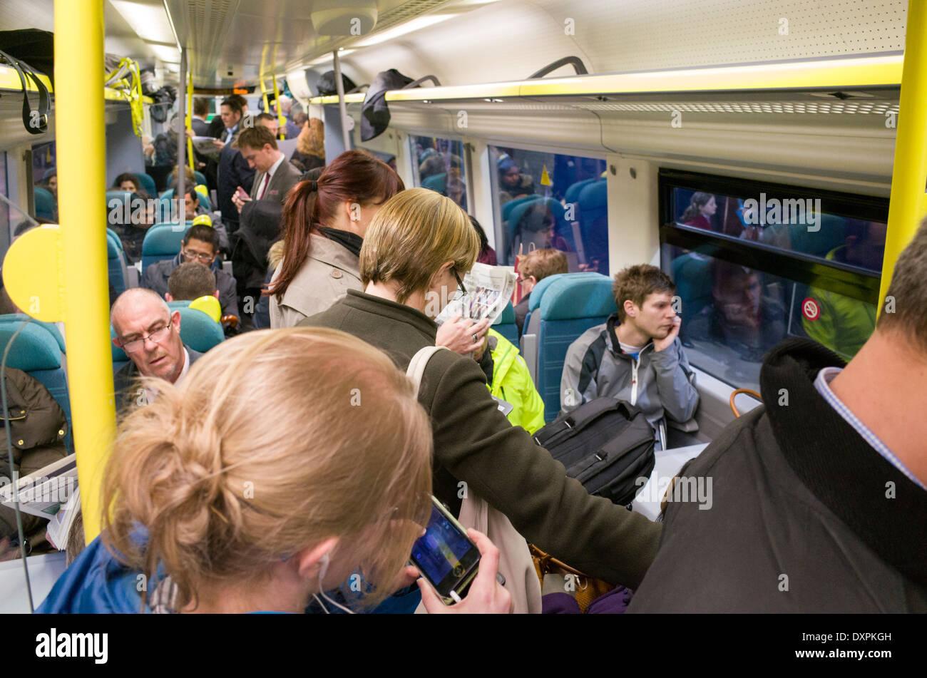 Rush Hour Pendler an Bord voll First Capital Connect-Zug, London, England, UK Stockbild