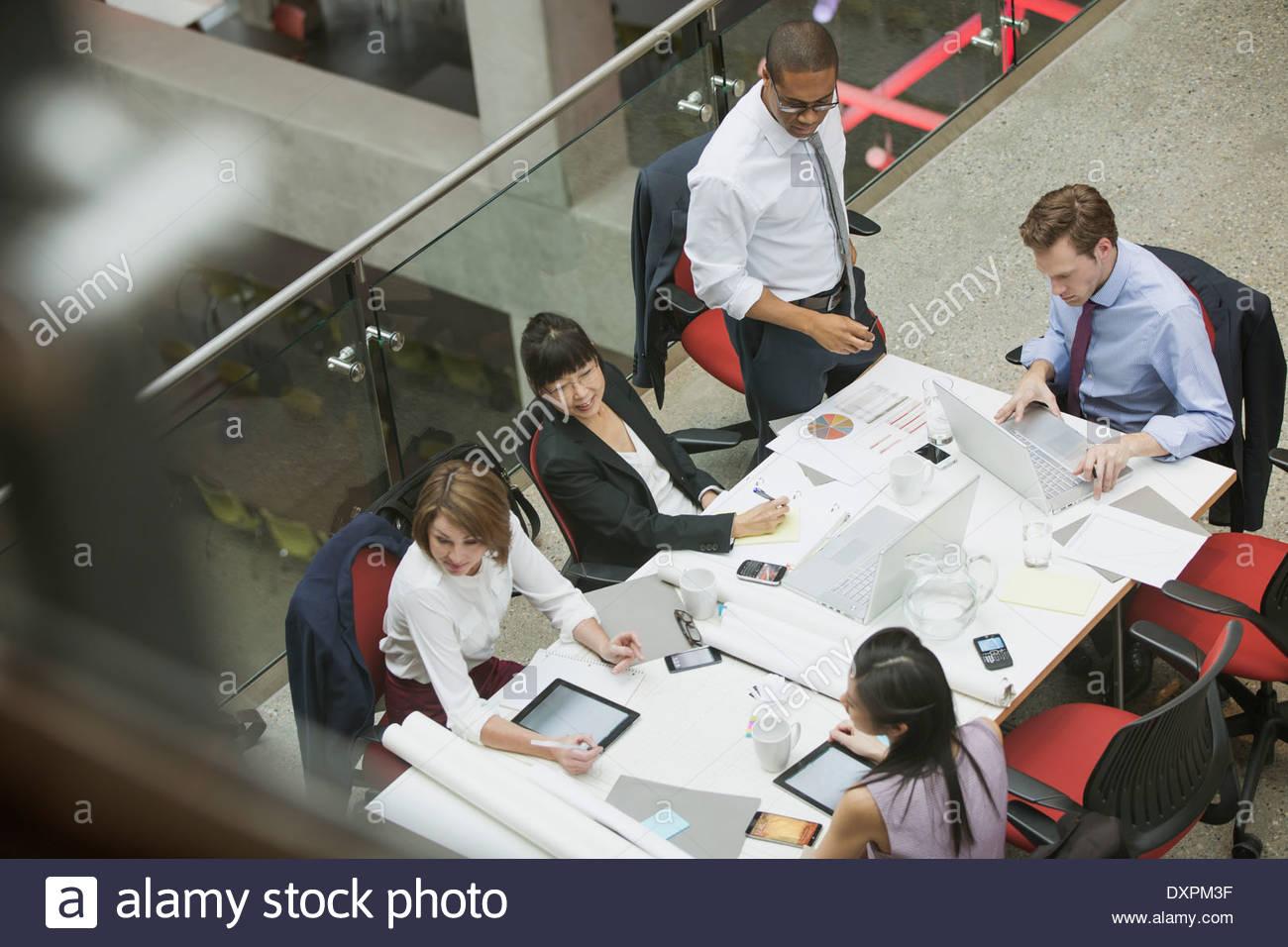 Business-Leute treffen am Konferenztisch Stockbild